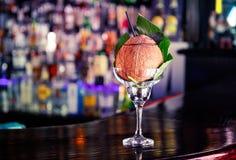Kokosnusscocktail an der Bar Stockfotos