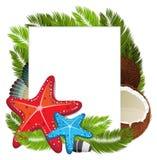 Kokosnusscocktail mit Starfishes und Palmenniederlassungen Stockbild