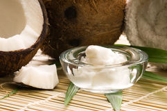 Kokosnussfrucht und -schmieröl Stockfoto