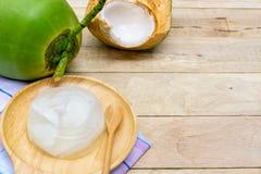 Kokosnussgelee auf hölzernem Hintergrund Stockfotografie