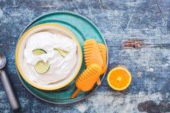 Kokosnusskalksorbet und orange Eis am Stiel mit frischen Früchten Lizenzfreie Stockfotos