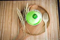 Kokosnusskuchen auf hölzernem Hintergrund Stockfotografie