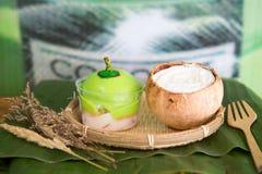 Kokosnusskuchen auf hölzernem Hintergrund Lizenzfreies Stockfoto