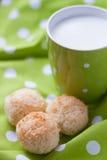 Kokosnusskuchen mit einer Schale Milch Stockfotografie