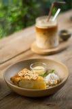 Kokosnusskuchen und Eiskaffee Lizenzfreies Stockfoto