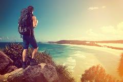 KokosnussPalme am Strand von Moorea, haarscharfer Türkis-blauer South- Pacificozean stockfotos