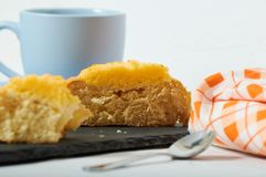 Kokosnusssahnebrötchenfrühstück stockbilder