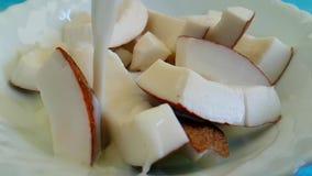 Kokosnussscheiben mit Milch stock footage