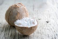 Kokosnussschnitzel in der Kokosnuss Stockfoto