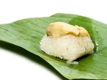 Kokosnussvanillepudding mit klebrigem Reis Setzen Sie grüne Bananenblätter Auf einem weißen Hintergrund mit Abschneidenteil Stockfoto