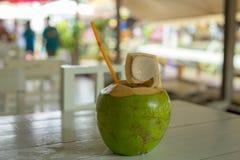 Kokosowa owoc umieszczająca na bielu stole Zdjęcie Royalty Free