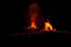 Kokosowe skóry ustawiać na ogieniu daje ciepłemu ognisku podczas gdy palący Obrazy Stock
