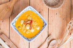 Kokosowego mleka curry'ego rybia i rybia piłka z tajlandzkim ryżowym kluski Zdjęcie Stock