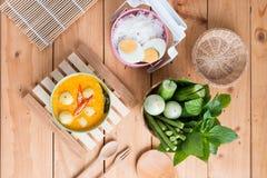 Kokosowego mleka curry'ego rybia i rybia piłka z tajlandzkim ryżowym kluski Zdjęcia Royalty Free
