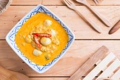Kokosowego mleka curry'ego rybia i rybia piłka z tajlandzkim ryżowym kluski Obraz Royalty Free