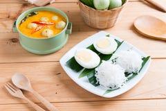 Kokosowego mleka curry'ego rybia i rybia piłka z tajlandzkim ryżowym kluski Fotografia Stock
