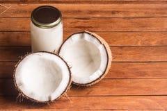 Kokosowego oleju słój zdjęcia royalty free