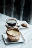 Kokosowy Creme Brulee jest cukierkowymi smakami i napojem z gorącego americano czarną kawą na białym drewnianym stołowym tle zdjęcia stock