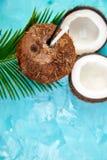 Kokosowy koktajl na brown tle Wakacje letni napoju pojęcie zdjęcie royalty free