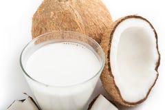 Kokosowy olej i świezi koks odizolowywający na białym tle Zdjęcia Stock