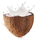 Kokosowy owoc i mleka pluśnięcie wśrodku go Ścinek ścieżka fotografia stock