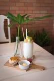 Kokosowy sok nakrywa Bawełnianego cukierku i Cranberry scone zdjęcia stock