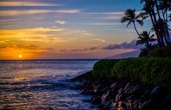 Kokospalmen, lavaoever, de zonsondergang van Maui Stock Afbeeldingen