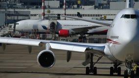 Kokpit biały jumbojet przy lotniskiem zdjęcie wideo