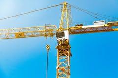 Kokpitu basztowy żuraw, wysoki budowa żuraw przeciw niebieskiemu niebu, żuraw z przeciwwaga obraz stock