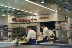 Koks in de keuken van drie Michelin Stars restaurant de Franse Wasserij in Yountville, Napa-Vallei Royalty-vrije Stock Afbeeldingen