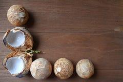 Koks i koks rżnięta połówka Umieszczająca na drewnianym tle zdjęcia stock