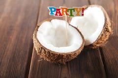Koks na textural drewnianym tle Roztrzaskany kokosowy zbliżenie Numer jeden inskrypcji przyjęcie obrazy royalty free