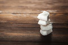 Koks na textural drewnianym tle Roztrzaskany kokosowy zbliżenie Numer jeden inskrypcji przyjęcie obraz stock