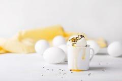 Kokt ägg i en liten kopp på en vit bakgrund Ägg Begrepp för frukostpåskfoto Royaltyfria Bilder