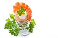 Kokt ägg med den kokt räkan Arkivbild