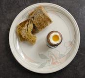 Kokt ägg och rostat bröd Arkivfoton