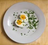 Kokt ägg på den vita plattan Arkivbild