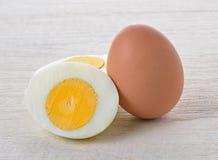 Kokt ägg på trä arkivbilder