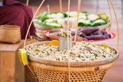 Kokt böna och kokt taro för försäljning på korg Royaltyfri Foto