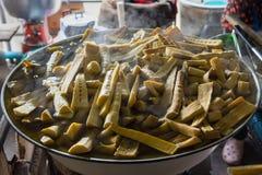 Kokt bambuskott i storpampen som är till salu i marknad Arkivbild