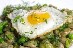 Kokt bondböna med det stekte ägget Fotografering för Bildbyråer