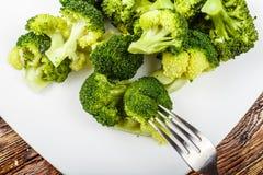 Kokt broccoli på en platta Royaltyfri Foto