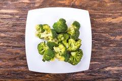 Kokt broccoli på en platta Arkivfoton