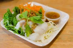Kokt fisk med grönsaken och kryddig sås Royaltyfri Fotografi