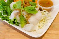 Kokt fisk med grönsaken och kryddig sås Royaltyfria Bilder