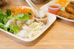 Kokt fisk med grönsaken och kryddig sås Royaltyfri Foto