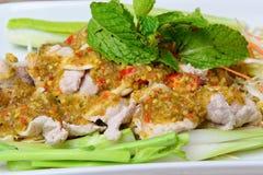 Kokt griskött med limefruktvitlök och Chili Sauce (Moo Ma nao) fotografering för bildbyråer