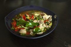 Kokt griskött med limefruktvitlök och Chili Sauce (Moo Ma nao arkivfoton