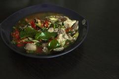 Kokt griskött med limefruktvitlök och Chili Sauce (Moo Ma nao royaltyfria bilder