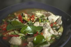 Kokt griskött med limefruktvitlök och Chili Sauce (Moo Ma nao royaltyfri bild
